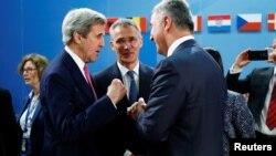 19일 벨기에 브뤼셀 나토 본부에서 열린 협약식에 참석한 밀로 듀카노비치 몬테네그로 총리(오른쪽), 옌스 슈톨텐베르크 나토 사무총장(가운데), 존 케리 미 국무장관이 대화를 나누고 있다.