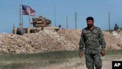 Vojnik koalicije koju u Sirij predvode SAD pred novopostavljenom bazom na granici između dve suprotstavljene koalicije