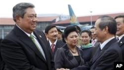 印尼总统苏西洛(左)周三在河内机场
