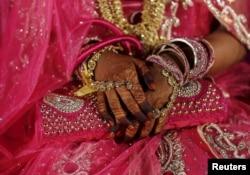 Seorang pengantin wanita menunggu dimulainya upacara pernikahan massal di Mumbai, India, 27 Januari 2016.