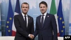 Prezidan fransè a,Emmanuel Macron avèk Premye Minis italyen an, Giuseppe Conte, ki t ap bay lanmen pandan yop t ap patisipe nan Somè G7 la nan Charlevoix, o Canada, nan dat 9 jen 2018 la.