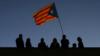 En la imagen de archivo, un hombre porta una estelada en la azotea de un edificio en Barcelona durante una manifestación para la liberación de líderes soberanistas y miembros cesados del Govern, el 11 de noviembre de 2017.