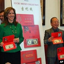 铸印局副局长加德纳和华裔设计师王正昌