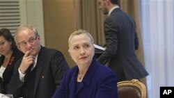 U.S. Secretary of State Hillary Rodham Clinton meets with a small group of expatriate Syrian opposition members, Geneva, Dec. 6, 2011.