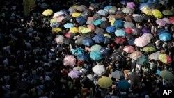 20일 홍콩 시내에서 '우산혁명' 지도부에 대한 징역형에 항의하는 대규모 시위가 벌어졌다.