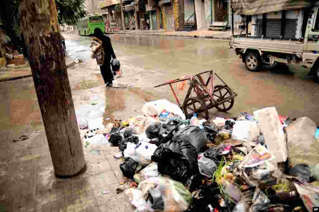 Accumulated garbage in the Bustan al-Qasr area of Aleppo, November 10, 2012.