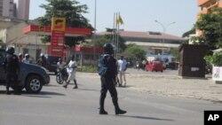 Agente da policia anti-motim de Angola