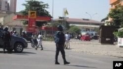 Agente da policia anti-motim em Benguela