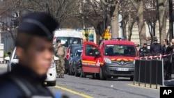 邮件爆炸发生后法国警方部署在I M F办公楼周围