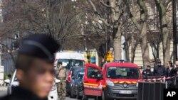 خط بم دھاکے کے بعد پولیس اہل کار پیرس میں آئی ایم ایف کے دفتر کا محاصرہ کیے ہوئے ہیں۔ 16 مارچ 2017