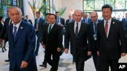 O'zbekiston Prezidenti Islom Karimov (chapda), Rossiya rahbari Vladimir Putin (o'ngdan ikkinchi) va Xitoy Prezidenti Si Zinpin (o'ngda) ShHT sammiti yig'inidan chiqib kelmoqda, Toshkent, O'zbekiston, 24-iyun, 2016-yil.