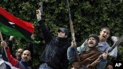 ພວກຄັດຄ້ານລັດຖະບານລີເບຍຫລາຍຮ້ອຍຄົນ ສະແດງອາວຸດຂອງເຂົາເຈົ້າ ໃນເມືອງ Zawiya ຕຽມຕໍ່ສູ້ກັບກໍາລັງຂອງ Moammar Gadhafi, ວັນທີ 27 ກຸມພາ 2011.