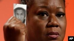 Sybrina Fulton, la mère de Trayvon Martin, tient une photographie de son fils lors d'une conférence le 26 juillet 2013.