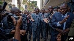 Raila Odinga, leader et candidat de l'opposition kenyane à la présidentielle arrive, entouré de ses partisans, l'audience de la Cour suprême à Nairobi, Kenya, 1er septembre 2017. Il est à la