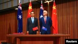 中国总理李克强与澳大利亚总理特恩布尔在位于堪培拉的议会大厅共同出席一项签字仪式(2017年3月24日资料照片)