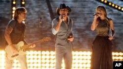 Keith Urban, Tim McGraw y Taylor Swift durante entrega de premios de la Academia de Música Country, el 7 de abril, de 2013.