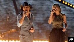 Tim McGraw y Taylor Swift durante entrega de premios CMA en Las Vegas el 7 de abril, de 2013.