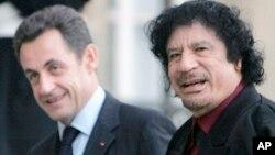 L'ancien président français Nicolas Sarkozy et l'ancien leader libyen Moammar Kadhafi à l'Élysée, à Paris, le 12 décembre 2007.