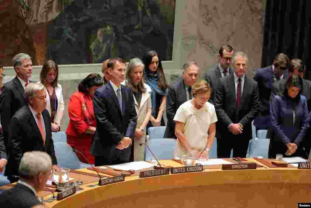 اعضای شورای امنیت سازمان ملل متحد به احترام کوفی عنان دبیرکل پیشین سازمان ملل متحد که به تازگی درگذشت، یک دقیقه سکوت کردند.