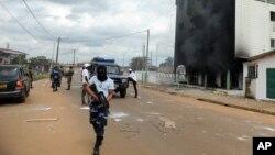 La police gabonaise patrouille dans les rues après les manifestations post-électorales à Libreville, Gabon, 1 septembre 2016.