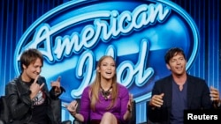 "Para juri ""American Idol"", dari kiri, Keith Urban, Jennifer Lopez dan Harry Connick, Jr. (Foto: Dok)"