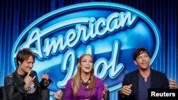 """Para juri """"American Idol"""", Keith Urban (kiri), Jennifer Lopez (tengah), dan Harry Connick, Jr."""