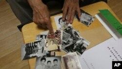 韩国一个家庭在团聚前展示家庭照(美联社)