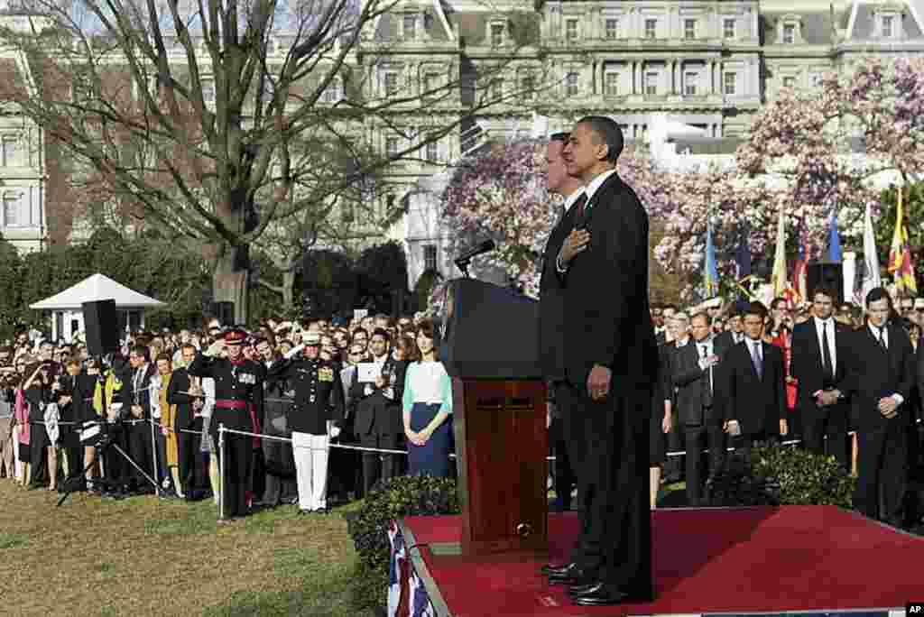 Tổng thống Obama và Thủ tướng Cameron chào quốc kỳ hai nước trong lễ tiếp đón tại khu vườn phía Nam Tòa Bạch Ốc. (AP)
