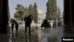 Eski Kudüs'te bulunan el Aksa kompleksi, son dönemde sıklıkla Filistinliler ve İsrail güvenlik güçleri arasında çatışmalara sahne oluyor. İsrail yasaları, Müslüman olmayanların da bölgeyi ziyaret etmesine izin veriyor.