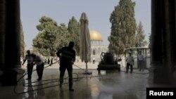 Người Palestine dọn dẹp Đền thờ Hồi giáo Al Aqsa sau vụ đụng độ với cảnh sát Israel ngày 15/9/2015.