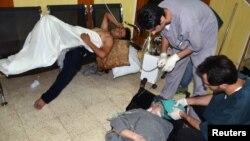 受到活动人士所说的神经毒气伤害的叙利亚人在大马士革一家医院接受治疗