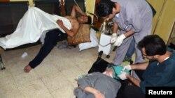 Люди, пострадавшие от нервно-паралитического газа, получают помощь в больнице в районе Дума в Дамаске. Сирия 21 августа 2013 г.