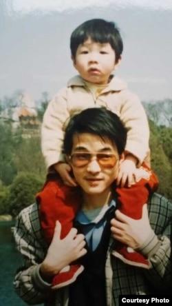 小时候最喜欢骑在爸爸夏霖肩头的小崇禹