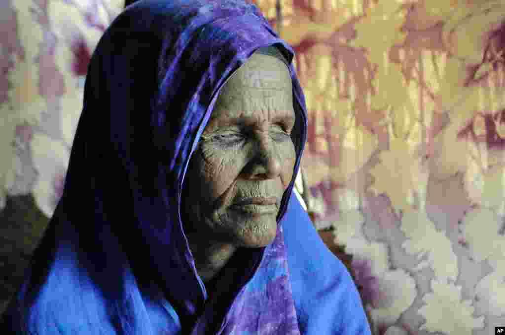 2011年7月22日,达加哈雷难民营内50岁的伊巴多.马哈茂德。马哈茂德在跋涉前来难民营之前被埃塞俄比亚军队摘去了眼睛。医生认为,她现在患有创伤后应激障碍。