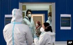 Tenaga kesehatan tengah mempersiapkan tes COVID-19 di lokasi tes cepat di Wina, Austria, Senin, 30 November 2020.