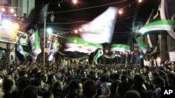 2일 밤 시리아 수도 다마스쿠의 반정부 시위대.