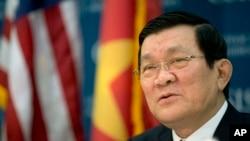 """越南国家主席张晋创在出席一个爱国音乐会时会场响起了中国爱国歌曲""""歌唱祖国""""。(资料照片)"""
