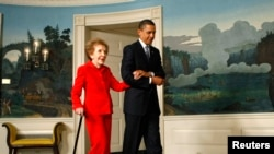 نینسی ریگن کی صدر براک اوباما کے ہمراہ 2009ء میں وہائٹ ہاؤس میں لی گئی ایک تصویر (فائل)