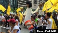 桑德斯支持者在费城游行抗议。