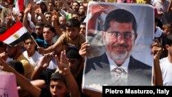 Des partisans de l'ex-président Mohamed Morsi lors d'une mafestation, le 23 aout 2013.