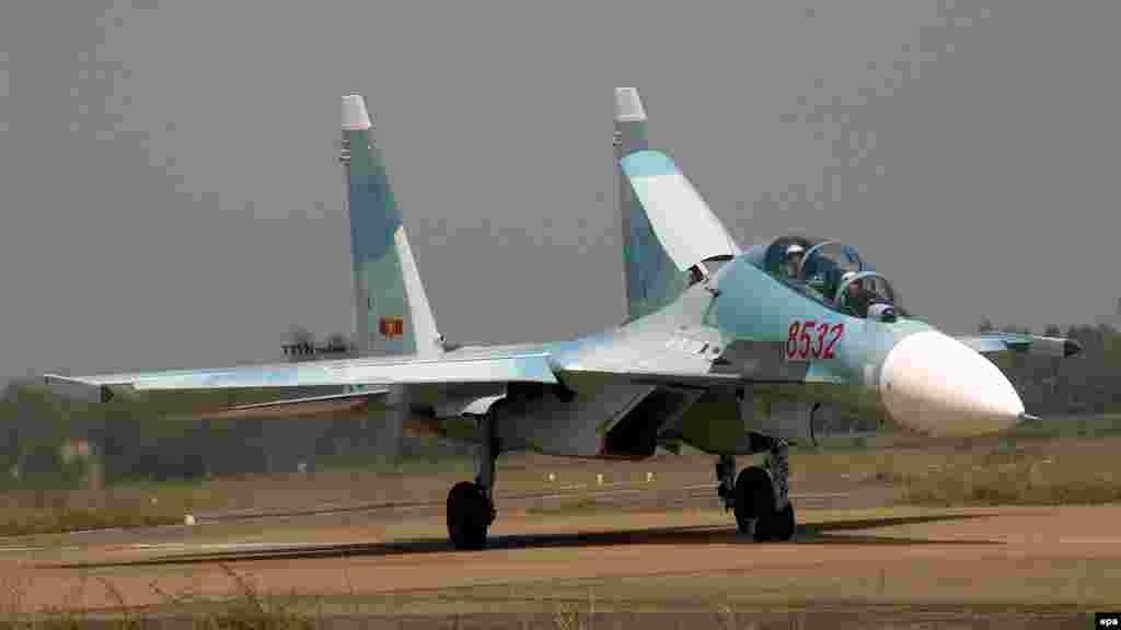 Máy bay chiến đấu Việt Nam gặp nạn trên biển Máy bay chiến đấu Su-30 MK2 của không quân Việt Nam mất liên lạc sáng 14/6 khi đang tham gia bay huấn luyện. Việt Nam đã điều nhiều máy bay và hàng chục tàu thuyền tới vùng biển tỉnh Nghệ An, gấp rút tìm kiếm hai phi công trên chiếc chiến đấu cơ gặp nạn trước đó.