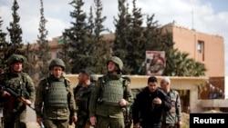 Des soldats russes et syriens à l'extérieur de la Ghouta orientale à Damas, en Syrie, le 28 février 2018. REUTERS