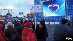 3月18日莫斯科红场庆祝俄罗斯吞并克里米亚集会。标语:我们信任普京 (美国之音白桦)