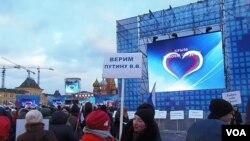 Warga Moskow merayakan aneksasi Rusia atas Krimea di Red Square, Moskow (18/3).