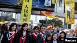 香港畢業生12月9日在金鐘佔領場地留影 (路透社)