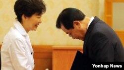 박근혜 한국 대통령이 27일 신임 청와대 비서실장에 이병기 국정원장을 내정했다. 사진은 지난해 7월 국정원장 임명장 수여식 모습.