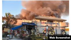 Lực lượng cứu hỏa dập đám cháy ở khu thương xá trên trường Bishop Place, Westminister, California, ngày 23/1/2019.