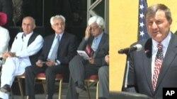 ایکن بیری سفیر ایالات متحده و تعدادی از اراکین دولتی افغانستان در سفارت ایالات متحده در کابل