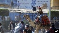 Υποστηρικτές του Χόσνι Μουμπάρακ επιτίθενται κατά αντικυβερνητικών διαδηλωτών