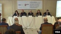 """Učesnici konferencije """"Uloga medija u suzbijanju nasilnog ekstremizma"""" u Prištini, 19. mart 2018."""